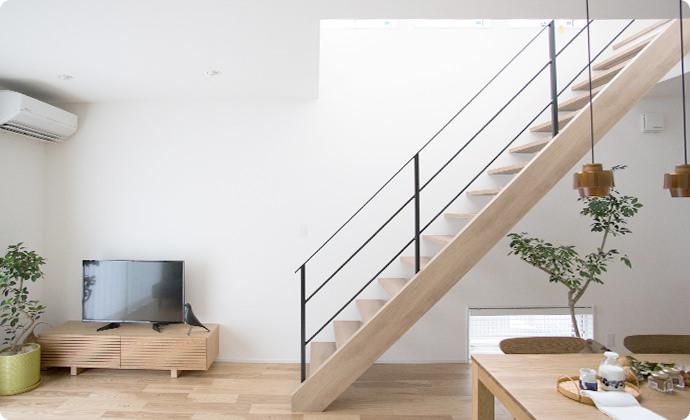 すっきり空間に馴染むスリット階段