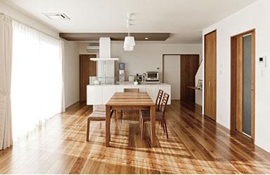 ズドーンと広々大空間のアイランドキッチン みんなで料理を楽しむ家