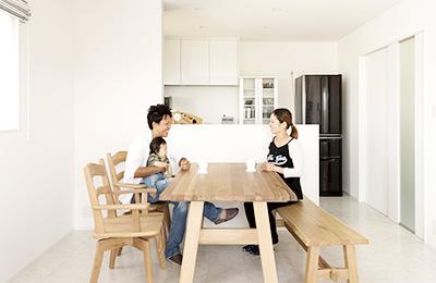 外観はすっきりなのに空間は広々 オーバーハングの二世帯住宅