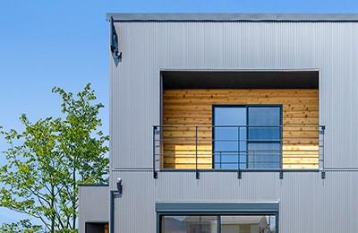 素材感を大切にした家づくり ガルバリウム鋼板×天然木サイディングの家